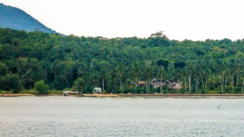 Pulau karimun dan lokasi hotel escpae yang tepat berada di pinggir laut tidak jauh dari dermaga pulau karimun jawa.