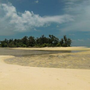 Pulau cemara yang masih berada di gugusan kepualauan karimun jawa yang tak berpenghuni.