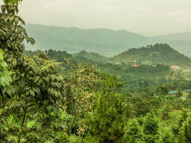 Pemandangan perbukitan Gunug Salak Enadh yang masih hijau dan menyegarkan
