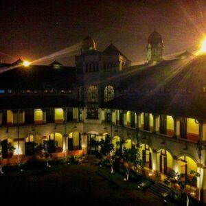 Salah satu gedung tua lawang sewu, pencahayaan malam hari sangat cantik memaparkan keindahan dan kemegahan Lawang Sewu