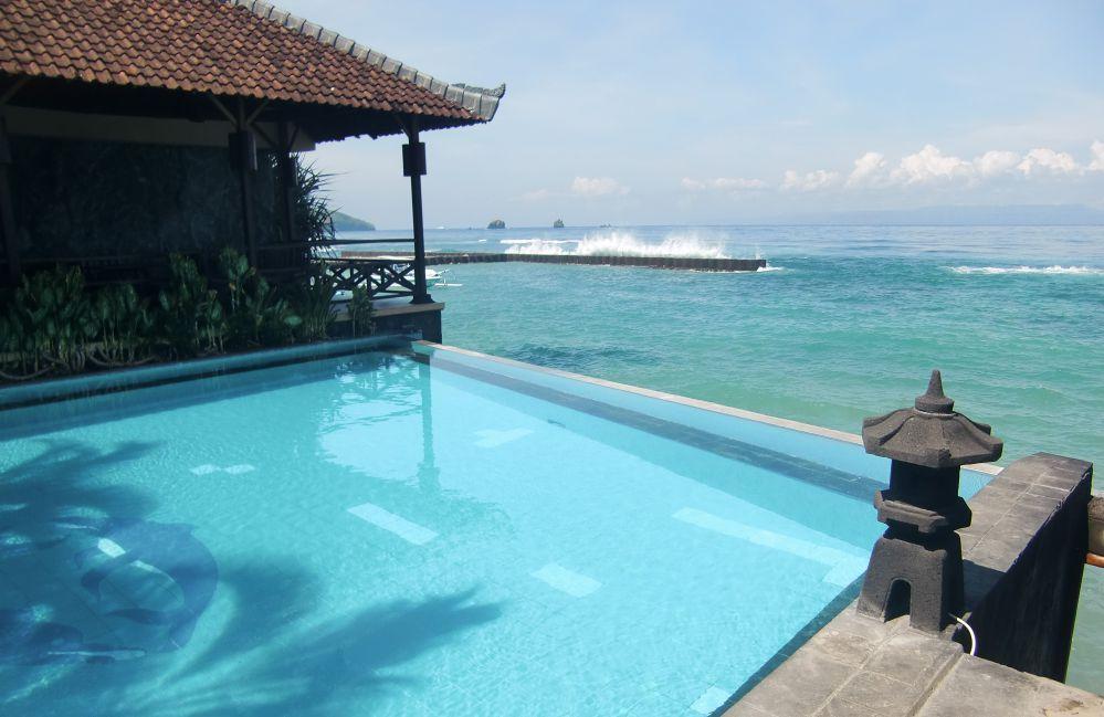 Hotel Natia terletak di pinggir laut dengan kolam yang langsung menghadap laut. Titik awal menelusuri Pantai Pasir Putih