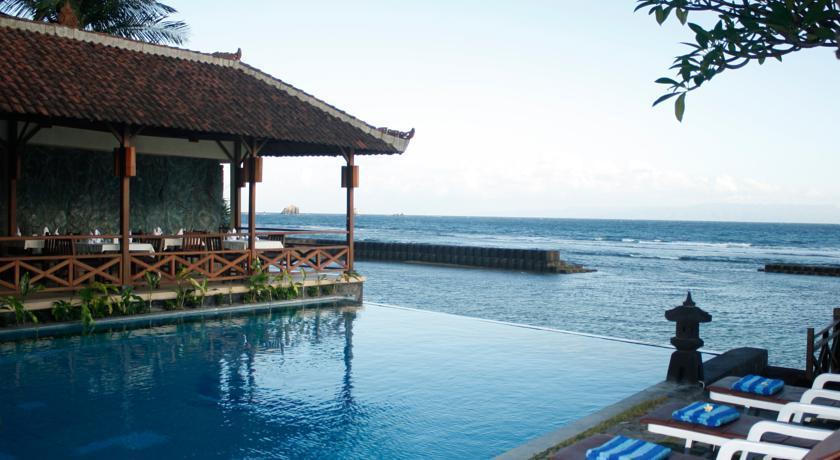 The Natia Seaside Hotel berada tepat di pinggir laut kawasan wisata Candidasa yang tenang.