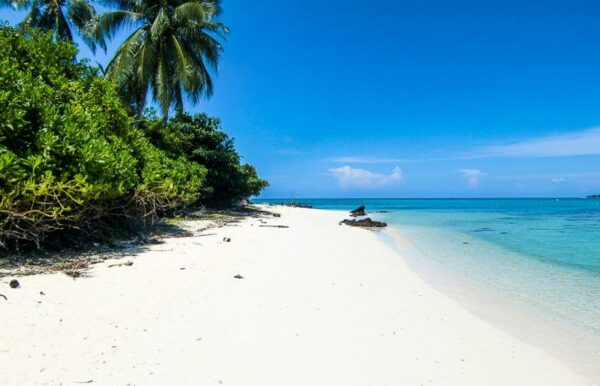 Salah satu pantai di kepulauan Karimun Jawa, tidak berpenghuni sangat tenang dan Indah