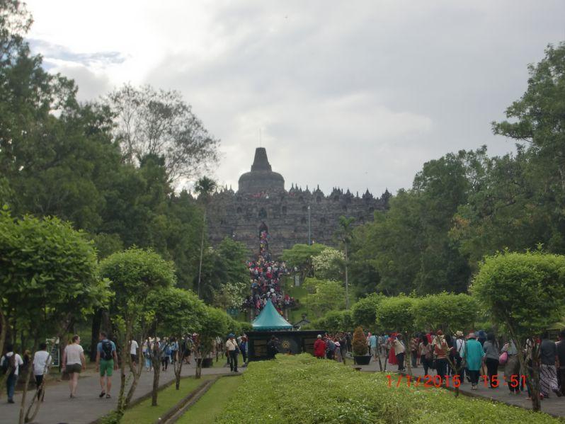 Ramainya tangga menuju pelataran Candi Borobudur.