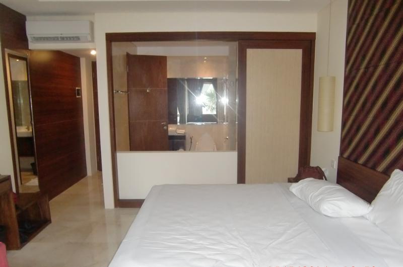 Kamar yang luas tipe deluxe M Suite Hotel Seminyak Hotel yang dekat dengan Pantai Double Six