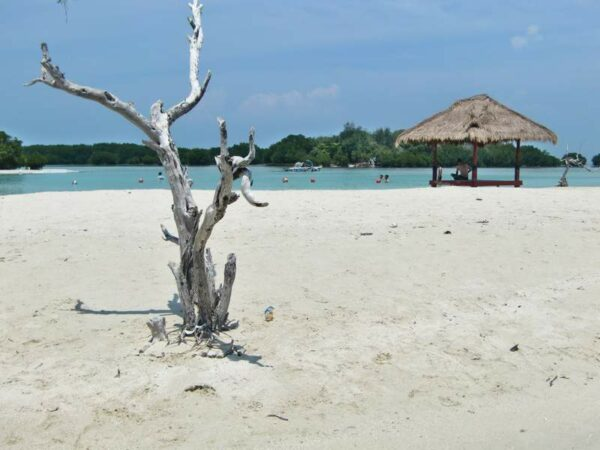 Suasana yang cukup tenang di Pantai Pasir Perawan sangat cocok sekedar untuk relaksasi.