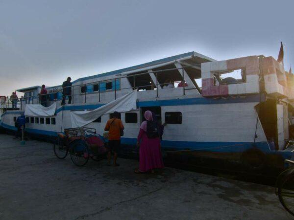 Kapal KM Bahtera yang ditupangi untuk menyebrang dari dermaga muara angke kali adem ke Pulau Pari