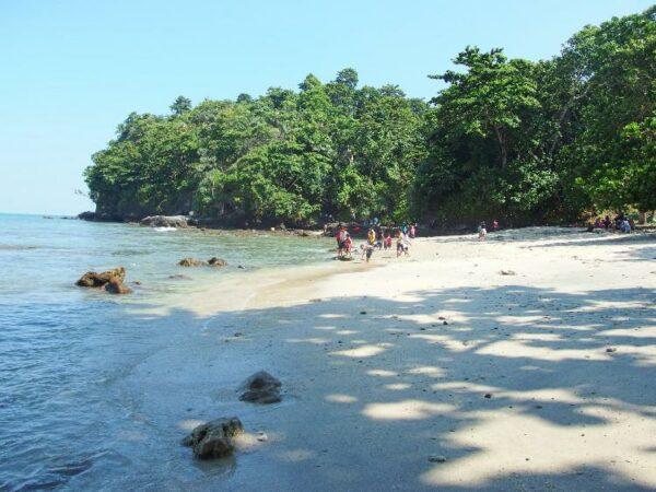 Pantai Karang Pandan yang berlokasi di Nusa Kambangan.