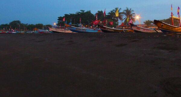 Pantai Teluk Penyu Cilacap salah satu obyek wisata di Cilacap.