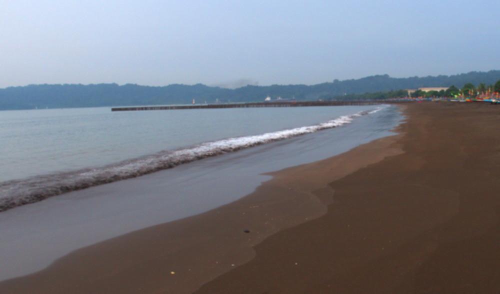 Pantai Teluk Penyu Cilacap, pantai yang berlokasi tepat di seberang benteng Pendem. Sangat bagus untuk menikmati Sunrise di Pagi Hari.