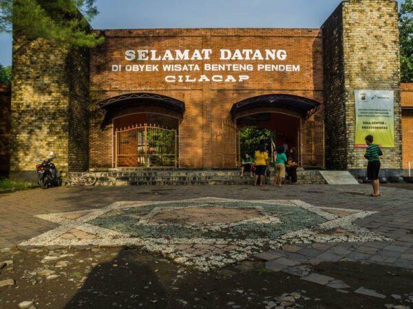 Gerbang Benteng Pendem, pintu masuk menjelajahi area benteng era kolonial