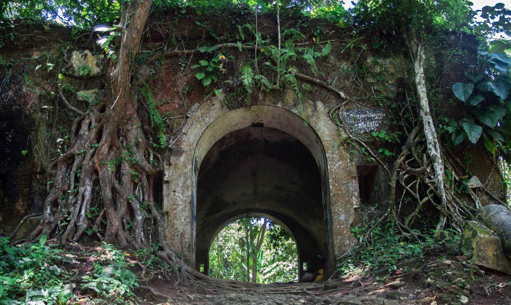 Pintu Masuk Benteng Karang Bolong masih kokoh meskipun sudah tertutup akar pepohonan.