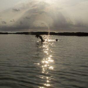 Berenang di Pantai sambil menunggu Sunset