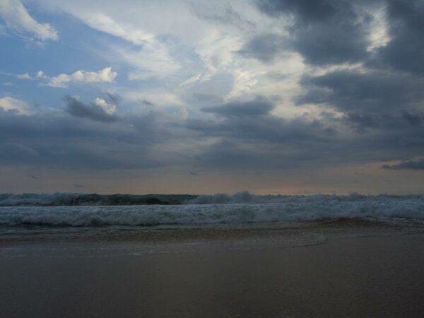 Ombak yang cukup tinggi dan deras di Pantai Pangumbahan Ujung Genteng