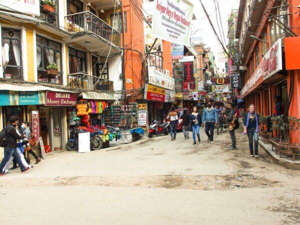 Thamel kawasan turis di Kathmandu sangat ramai dan rada kumuh