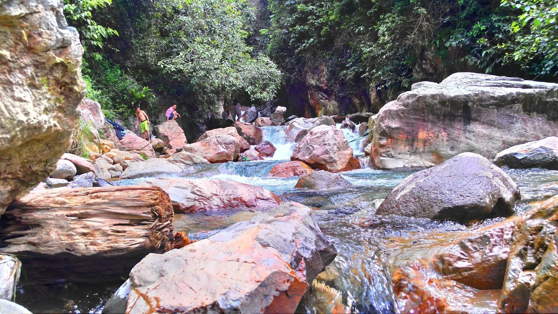 aliran sungai curug leuwi hejo